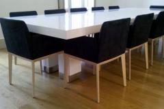 Mesa de juntas con sillas