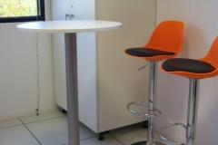 Mesas altas y armario a medida