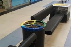 Papelera con separación de residuos en los pasillos del centro