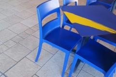 Mesas y sillas de exterior en color azul intenso